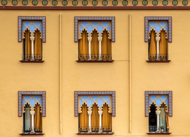 스페인에있는 산호 건물의 창문의 근접 촬영 샷 무료 사진