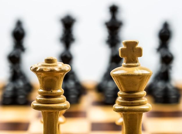 Крупным планом выстрел из двух деревянных шахматных фигур Бесплатные Фотографии