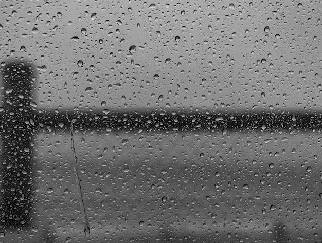 Снимок крупным планом капель воды на оконном стекле после дождя Бесплатные Фотографии