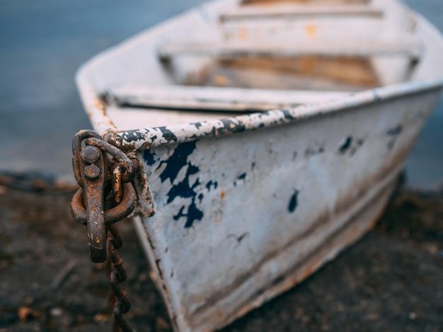 Colpo del primo piano di una vecchia barca arrugginita Foto Gratuite