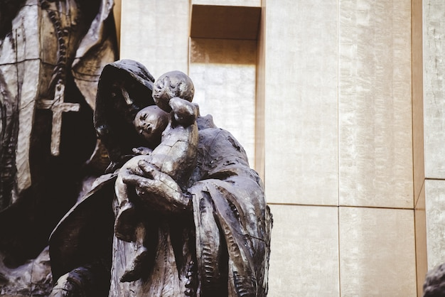 Colpo del primo piano delle statue religiose vicino alla chiesa in zacatecas messico Foto Gratuite