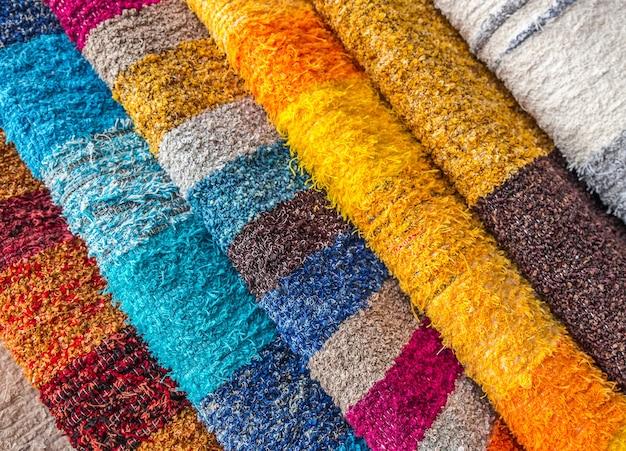 Colpo del primo piano di diversi pezzi di abbigliamento multicolore uno accanto all'altro Foto Gratuite