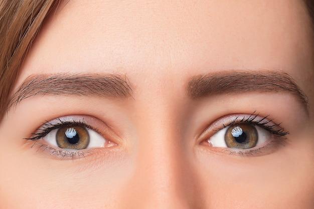 Colpo del primo piano dell'occhio della donna con trucco di giorno Foto Gratuite