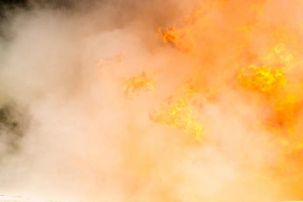 Крупным планом дыма и горения огня, огонь с химическим составом пены Premium Фотографии
