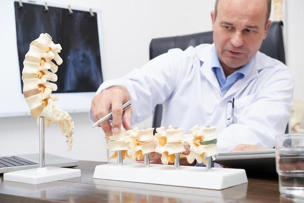 Closeup of therapist explaining arthritis symptoms Free Photo