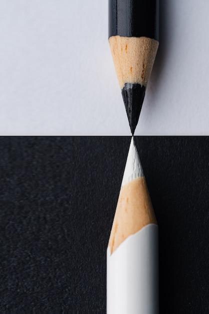 Closeup colpo verticale di matite in bianco e nero Foto Gratuite