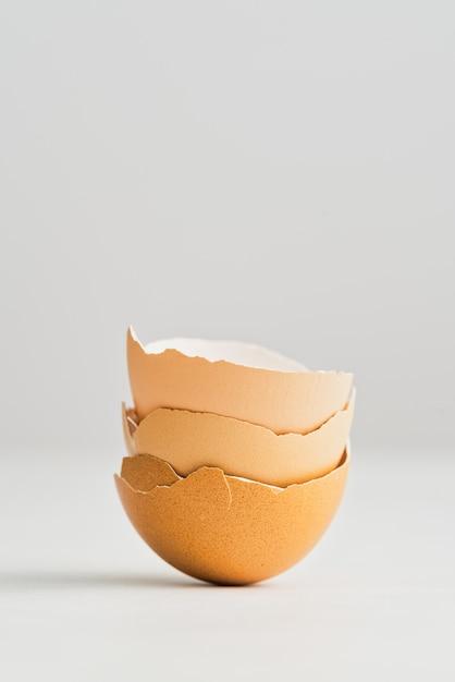 Colpo verticale del primo piano dei gusci d'uovo isolati Foto Gratuite
