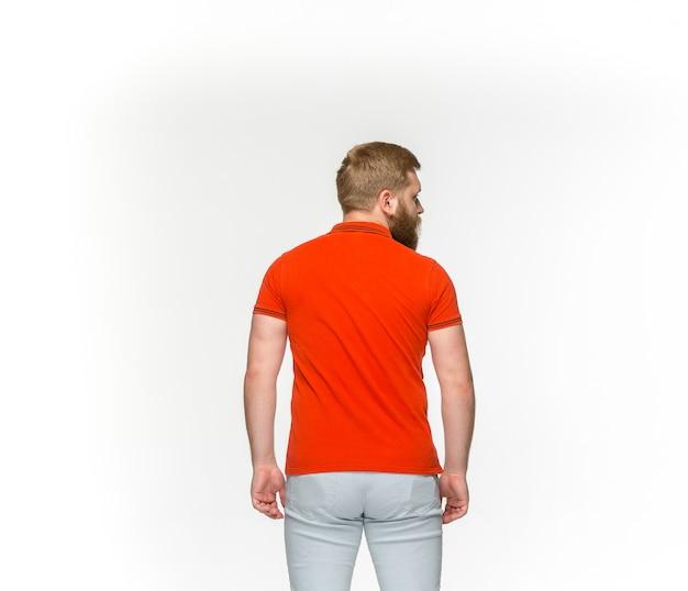 Primo piano del corpo del giovane in maglietta rossa vuota isolata su fondo bianco. mock up per il concetto di design Foto Gratuite