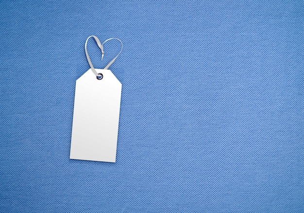 Бирка ярлыка одежды на предпосылке ткани. брендинг шаблон макета. цвет 2020 года классический синий Premium Фотографии