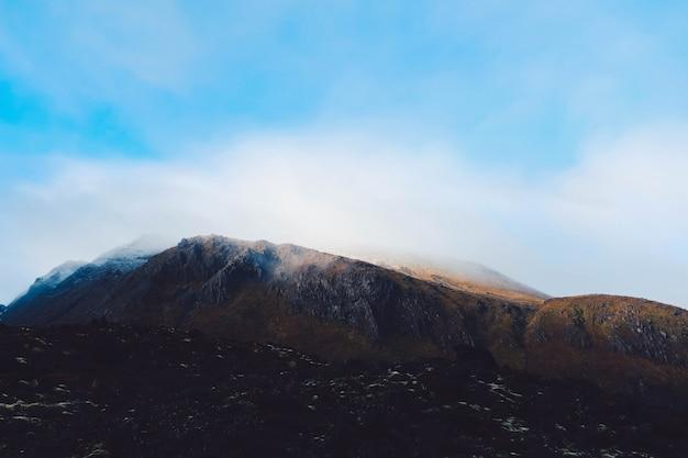 空に触れる山岳風景から煙の雲 無料写真