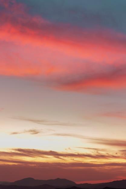 Cielo nuvoloso in tonalità seppia e rosa Foto Gratuite