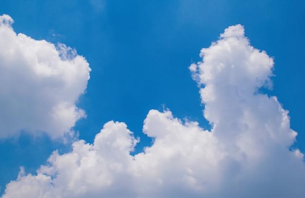 雲と青空の背景 Premium写真