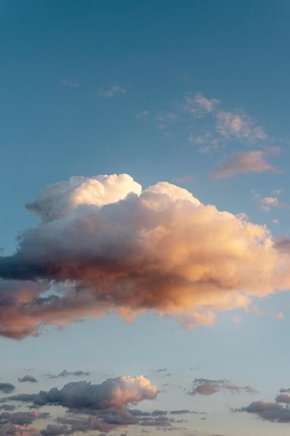 空の雲と太陽光線 無料写真