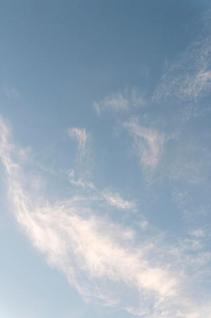 하늘 세로 샷에 구름 무료 사진