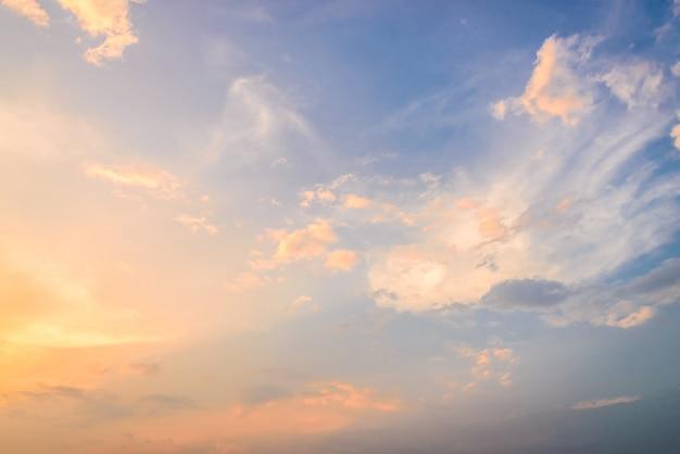 Nuvole volte al crepuscolo Foto Gratuite