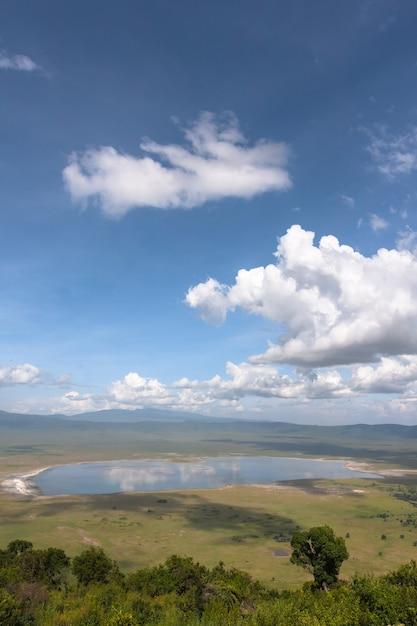 Облачный пейзаж кратера нгоро-нгоро. озеро находится внутри кратера. танзания, африка Premium Фотографии