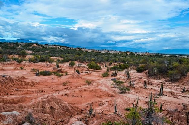 コロンビアのタタコア砂漠の谷の上の曇りの青い空 無料写真