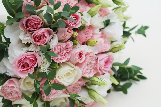 Clsoeup wedding, bridal bouquet with pink roses and eucaliptus. Premium Photo