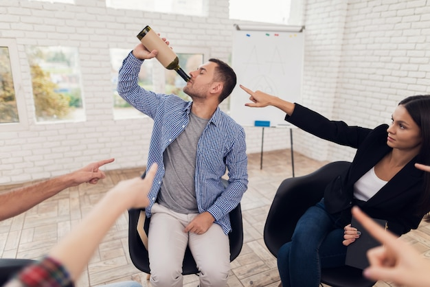 Club of anonymous alcoholics meeting people on therapy Premium Photo