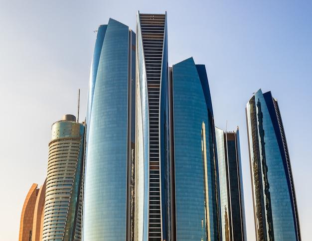 Кластер небоскребов в абу-даби, оаэ Premium Фотографии