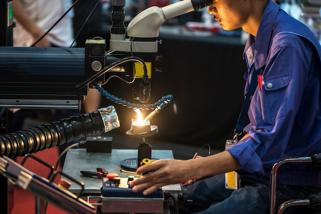 Cnc金属、現代の工業技術のレーザー切断。 Premium写真