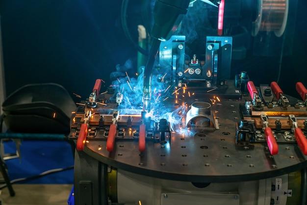 工業用金属工作機械のロボットアーム、cnc金属加工機械 Premium写真