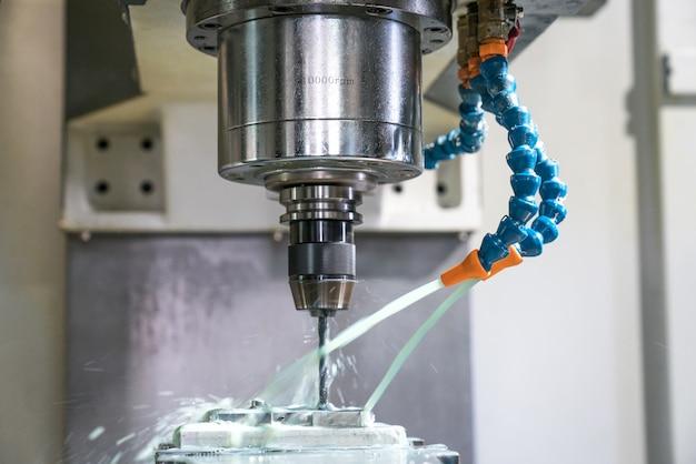 金属加工cncフライス盤。切削金属の現代加工技術。 Premium写真