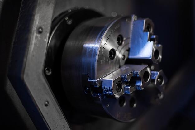 金属棒を掘削するcnc旋盤機械または旋盤機械 Premium写真