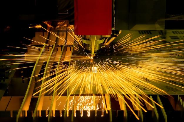 高精度cncレーザー切断金属板工場で。 Premium写真