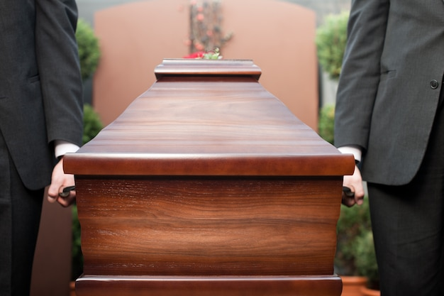 葬儀でを運ぶcoの持ち手 Premium写真