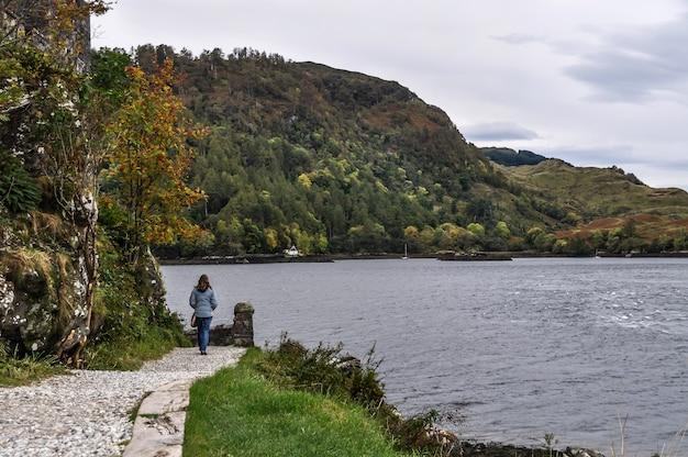 Побережье шотландия женщина пешком Premium Фотографии