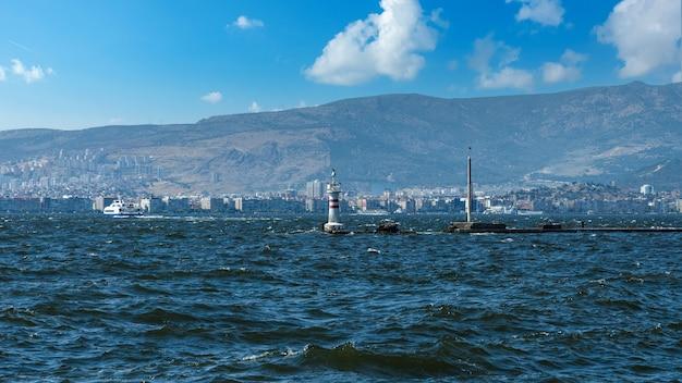 近代的な建物や船が並ぶ海岸沿いの街並み。トルコ、イズミル市の中心部、 Premium写真