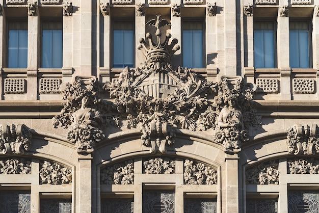 모더니스트 건물의 외관에 새겨진 바르셀로나시의 국장 프리미엄 사진