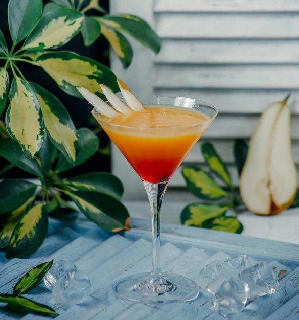 梨のスライスとマティーニグラスの梨cocktai 無料写真