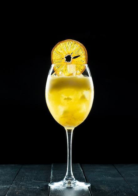 Cocktail on black Premium Photo