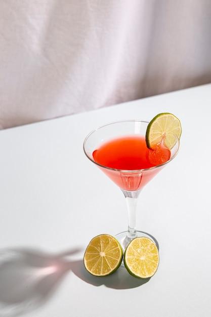 白いテーブルの上のレモンとカクテルドリンク飾り 無料写真