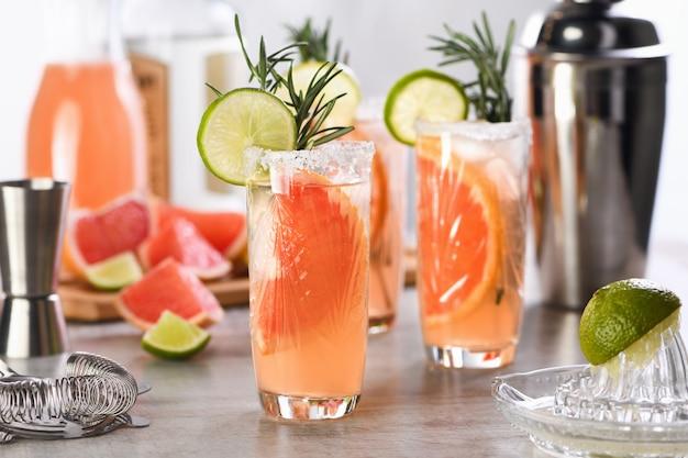 フレッシュライムとローズマリーのカクテル、フレッシュグレープフルーツジュースとテキーラ Premium写真