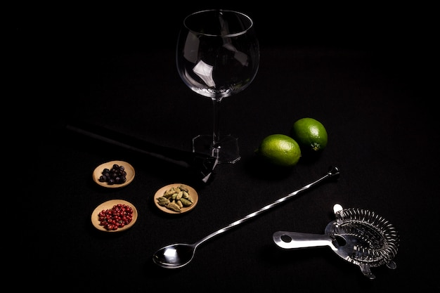 Cocktail of gin and tonic on a black background with his ingreedientes Premium Photo