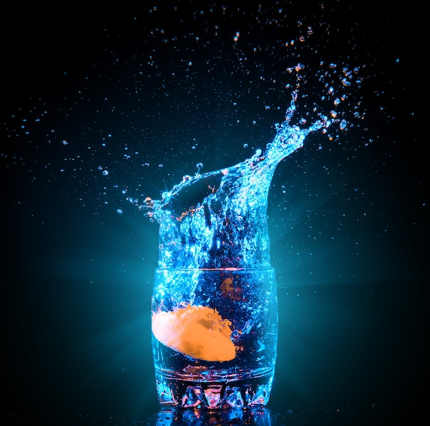 Cocktail in glass with splashes Premium Photo