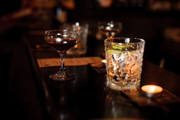 Cocktail glasses filled with alcoholic drinks on the bar counter Premium Photo