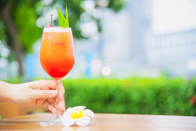 Cocktail recipe name mai tai or mai thai worldwide cocktail include rum lime juice orgeat syrup and orange liqueur - sweet alcohol drink with flower in garden relax vacation concept Free Photo
