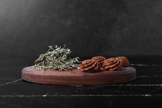 木の板にココアとバタークッキー。 無料写真