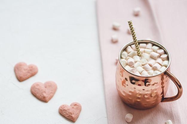 Какао и сердечное печенье, день святого валентина Premium Фотографии