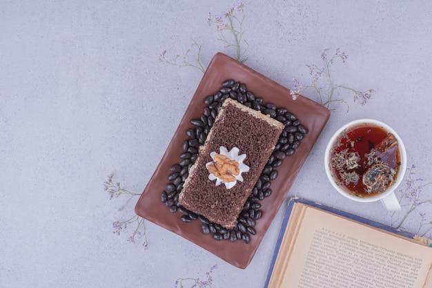 クルミとハーブティーのココアケーキスライス。 無料写真