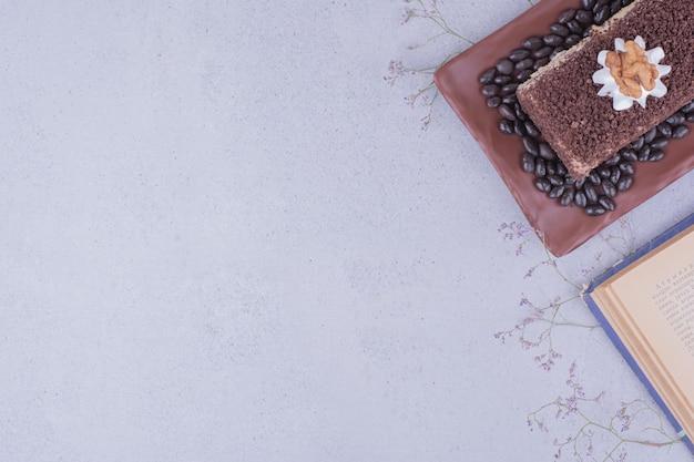 クルミとコーヒー豆のココアケーキスライス。 無料写真