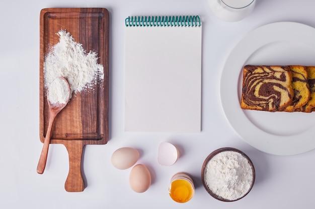 ココアのパイをスライスし、白いセラミックプレートに食材と領収書を添えて提供しています。 無料写真