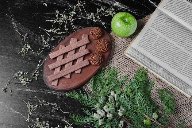 素朴な背景にクッキーとココアワッフル。 無料写真