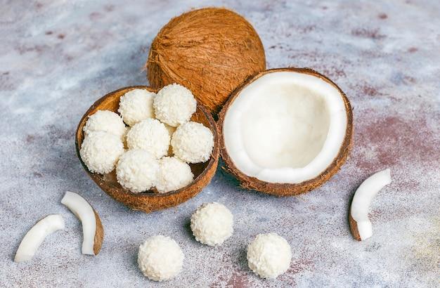 ココナッツとホワイトチョコレートのトリュフ、半分のココナッツ 無料写真