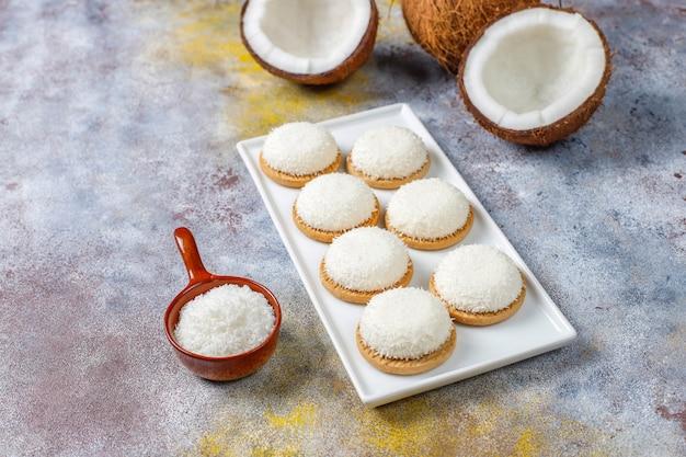 半分のココナッツ、上面図とココナッツマシュマロクッキー 無料写真