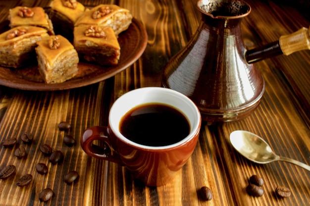 茶色の木のコーヒーとトルコ菓子 Premium写真